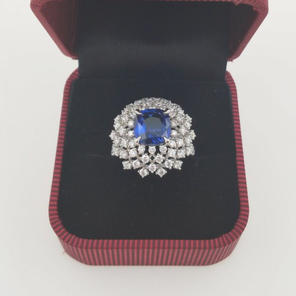 18 k. white gold diamonds & sapphire ring - 4.59 carat